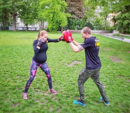 Mẹ bầu bụng vượt mặt tập gym nặng gây tranh cãi - 4