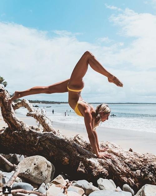 Cựu vận động viên Olympic gây thích thú vì tập yoga mọi nơi - 7