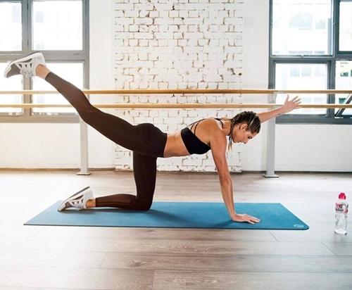 Cựu vận động viên Olympic gây thích thú vì tập yoga mọi nơi - 4