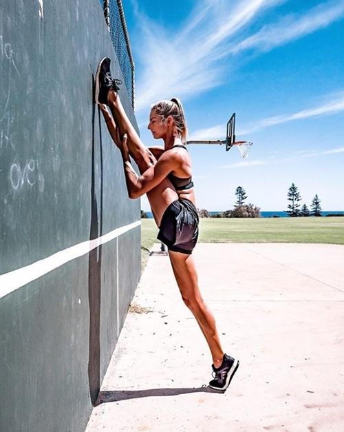 Cựu vận động viên Olympic gây thích thú vì tập yoga mọi nơi - 9