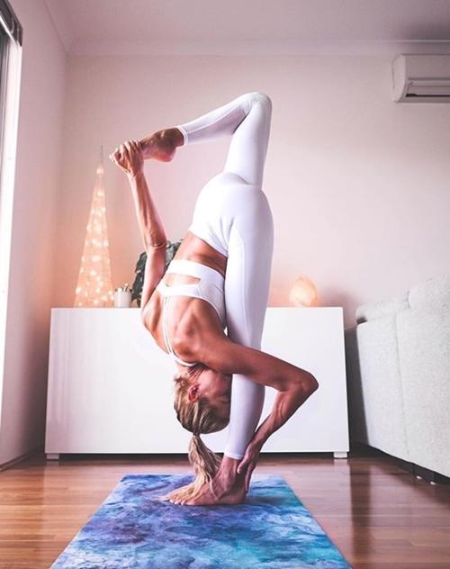 Cựu vận động viên Olympic gây thích thú vì tập yoga mọi nơi - 11