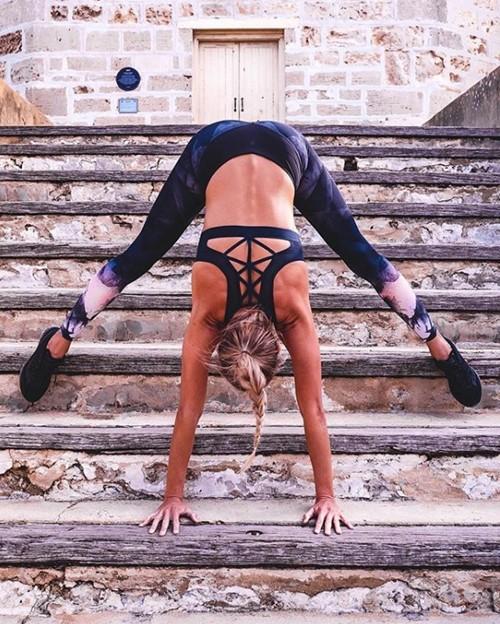 Cựu vận động viên Olympic gây thích thú vì tập yoga mọi nơi - 15