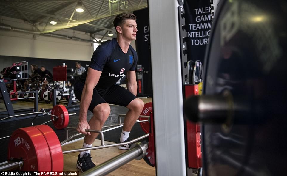 Harry Kane và tuyển Anh tập tạ 20kg để... thư giãn ở World Cup - 7