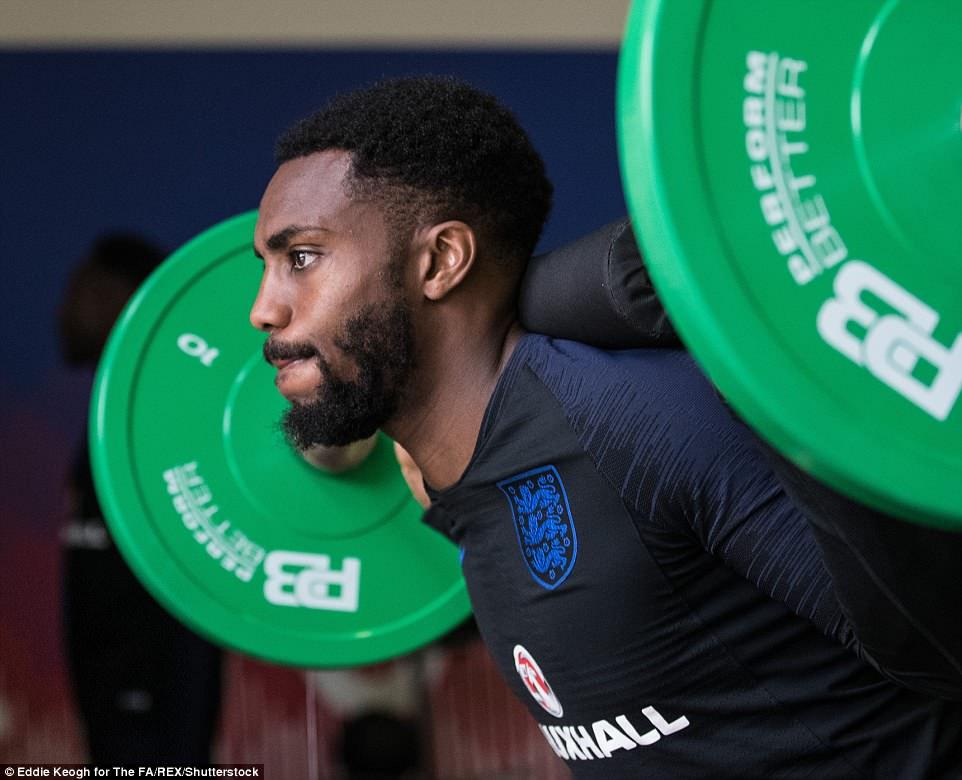 Harry Kane và tuyển Anh tập tạ 20kg để... thư giãn ở World Cup - 3