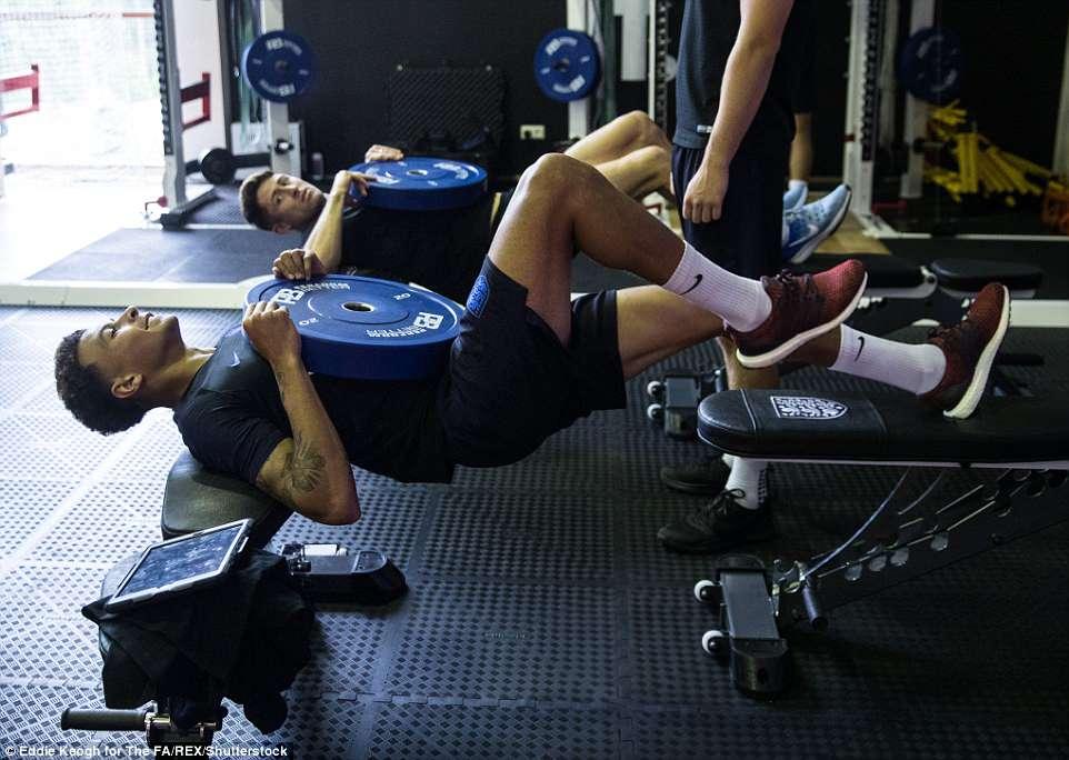 Harry Kane và tuyển Anh tập tạ 20kg để... thư giãn ở World Cup - 6