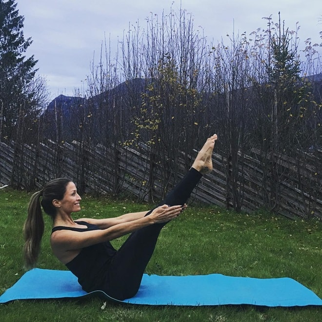 Sau 14 năm scandal tình ái, tình cũ Beckham tìm đến yoga, bán nude leo núi - 4