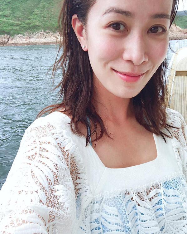 """""""Á hậu giàu nhất Hồng Kông"""" gây ngỡ ngàng khi gột bỏ son phấn - 2"""