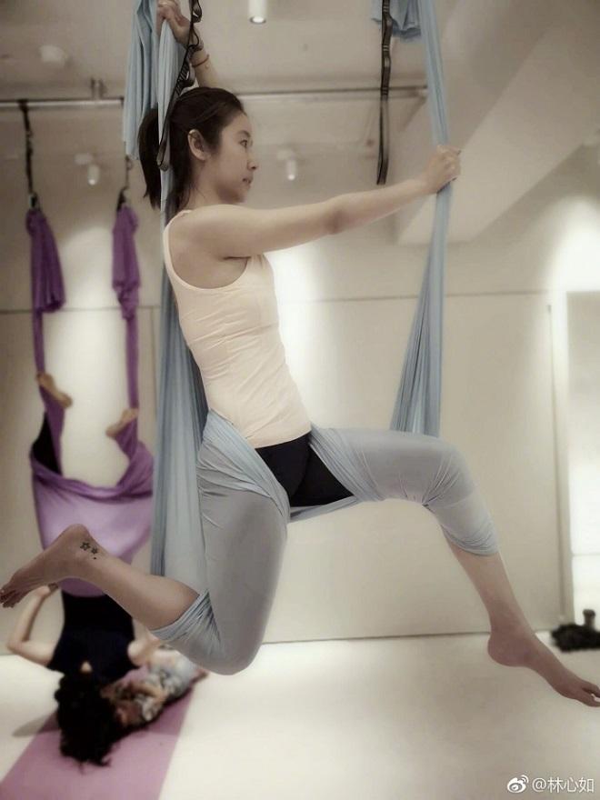 Lâm Tâm Như trổ tài luyện yoga siêu khó, đẹp như tiên ở tuổi 42 - 2