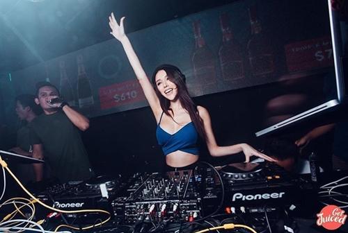 Đường cong nghẹt thở của nữ DJ Singapore đã đẹp còn học giỏi, cát xê cao - 4