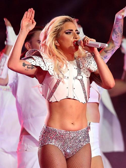 """""""Mẹ Quỷ"""" Lady Gaga gây sốc khi tiết lộ làm sạch mặt bằng băng dính - 4"""