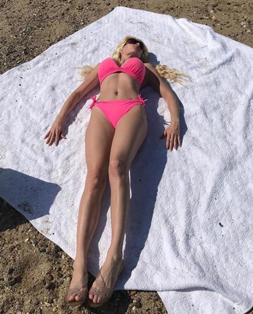 Người phụ nữ hành xác bằng nịt bụng để trở thành búp bê sống - 4
