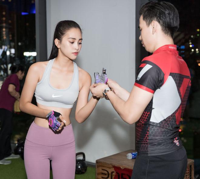 Hoa hậu Tiểu Vy khoe số đo hình thể đẹp như búp bê khi tập gym - 7