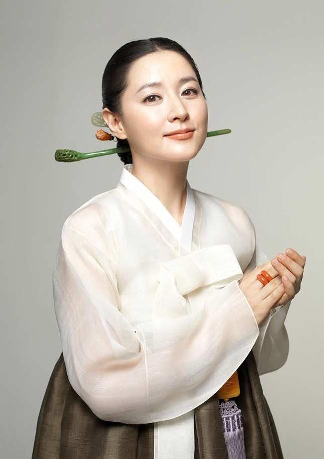 """""""Quý bà oxi"""" Lee Young Ae dùng con lăn để trẻ mãi không già - 2"""