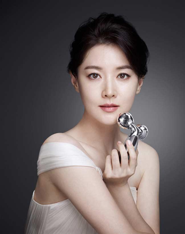 """""""Quý bà oxi"""" Lee Young Ae dùng con lăn để trẻ mãi không già - 5"""