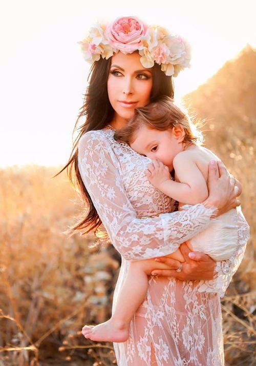 """""""Mẹ bầu đẹp nhất thế giới"""" bị chỉ trích vì bụng 6 tháng nhỏ như không - 2"""